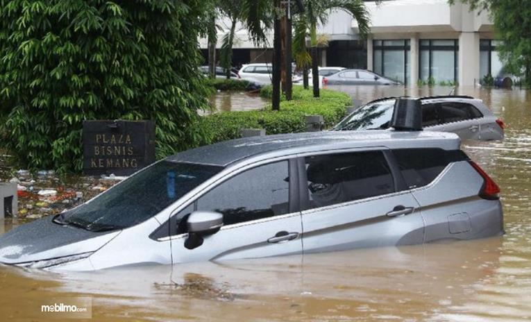 Gambar ini  menunjukkan sebuah mobil yang terendam banjir