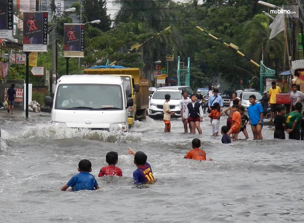 Foto Mobil Daihatsu merendam banjir di jalanan
