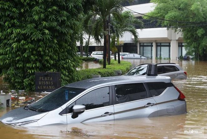 Foto menunjukkan Mitsubishi Xpander terendam banjir