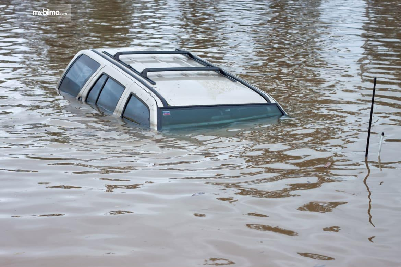 Foto menunjukkan Mobil terendam banjir hingga atap