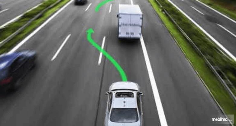 Gambar ini menunjukkan ilustrasi jalur untuk menyalip kendaraan lain