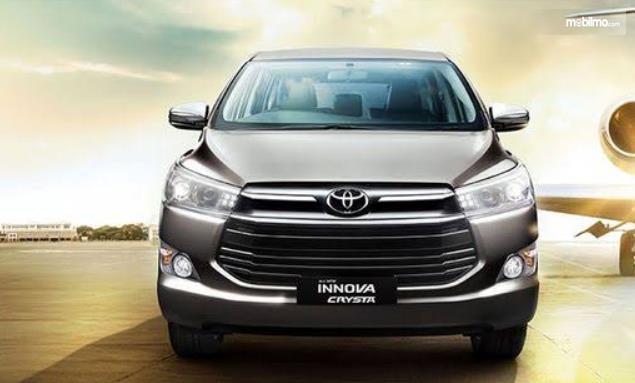 Gambar ini menunjukkan mobil Toyota Innova Crysta tampak bagian depan