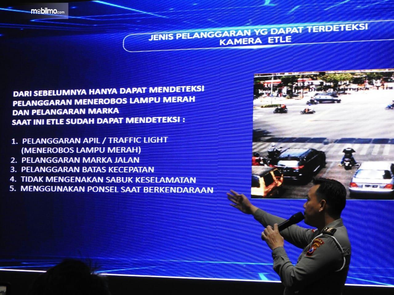Foto menunjukkan polisi sedang menjelaskan Target pelanggaran kena tilang elektronik di Surabaya