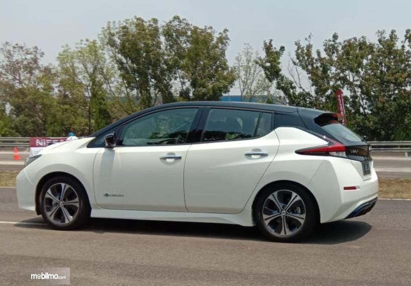 Gambar ini menunjukkan salah satu mobil Nissan melaju di jalan