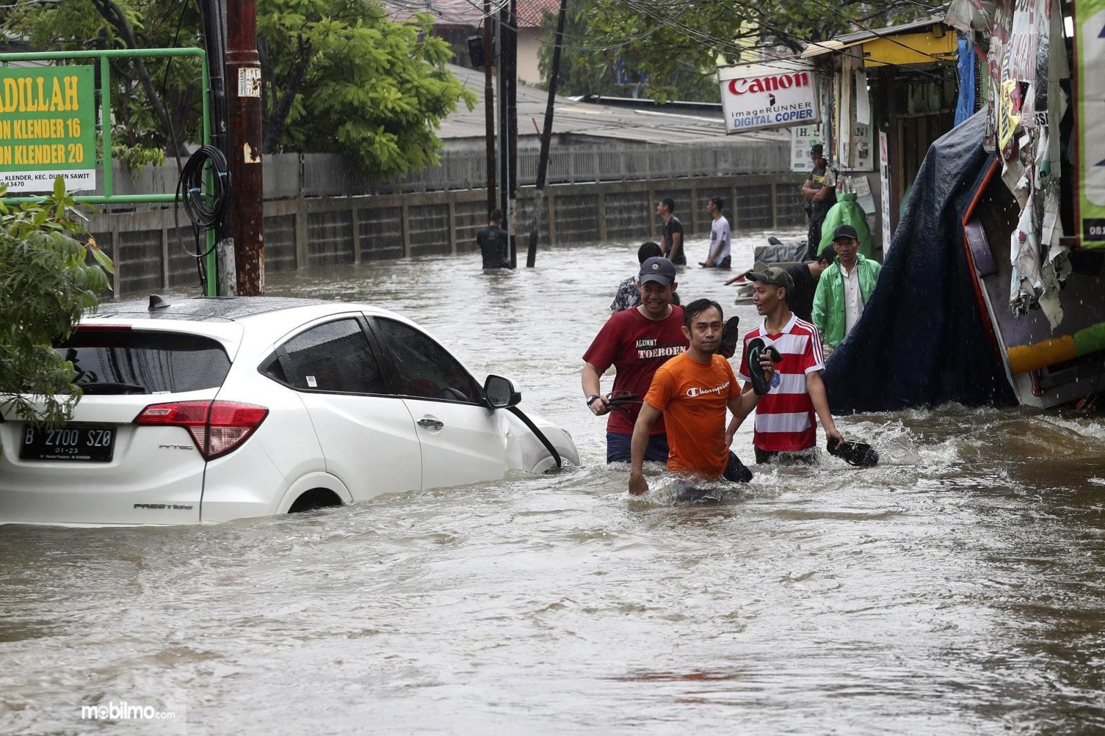Foto menunjukkan mobil Honda HR-V terendam banjir