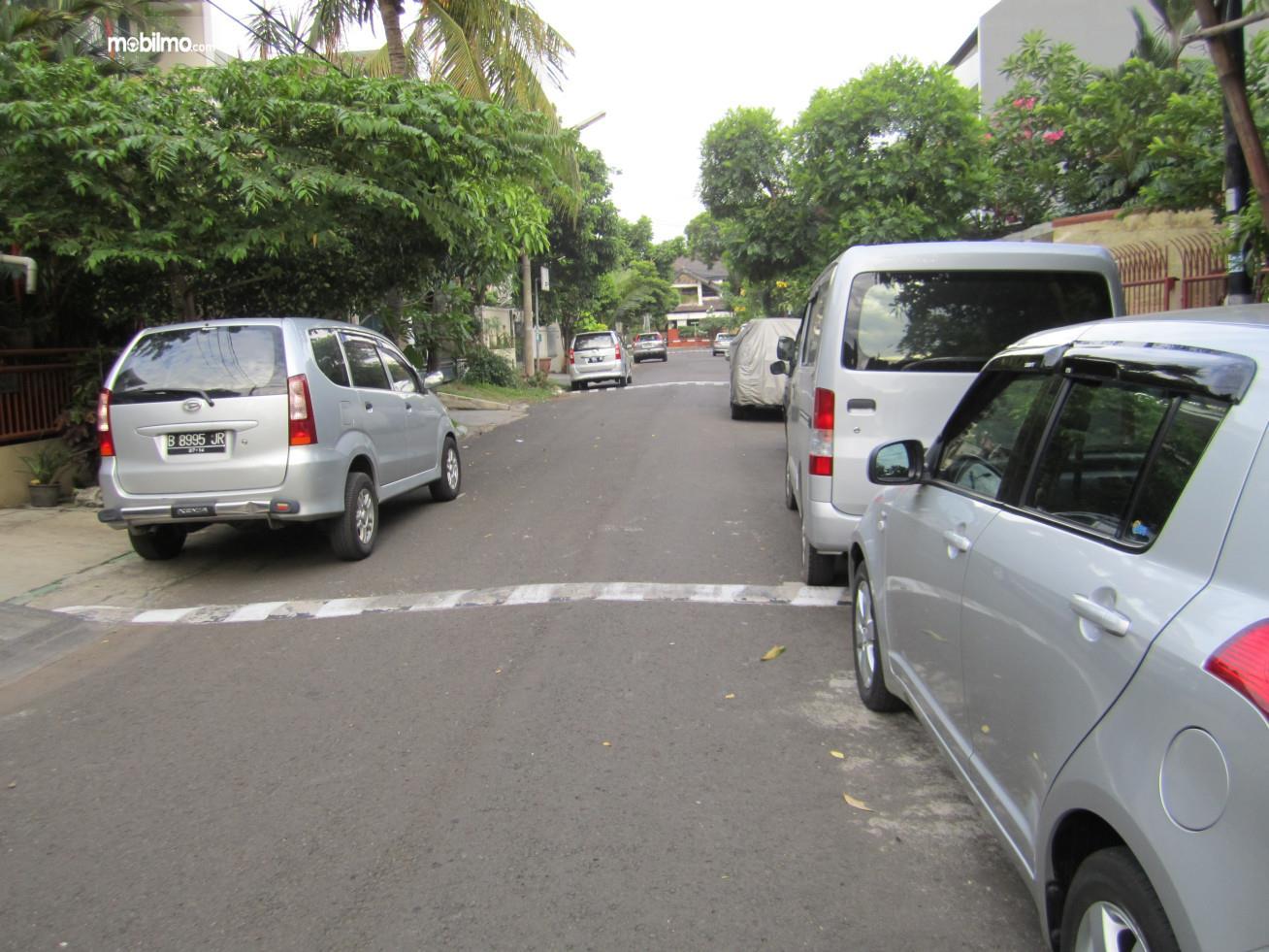 Foto jalanan komplek perumahan yang berubah jadi tempat parkir