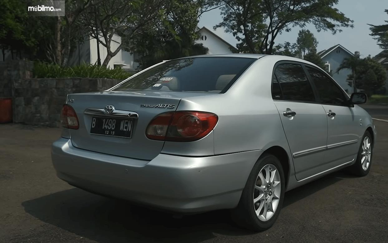 Gambar ini menunjukkan bagian belakang Toyota Corolla Altis 1.8 G 2005