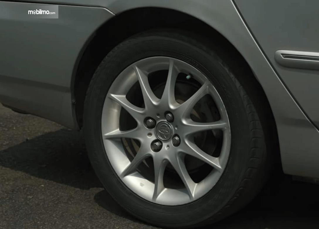 Gambar ini menunjukkan roda mobil Toyota Corolla Altis 1.8 G 2005