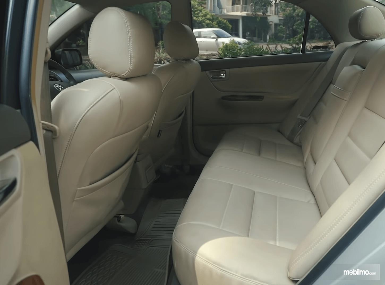 Gambar ini menunjukkan jok mobil Toyota Corolla Altis 1.8 G 2005