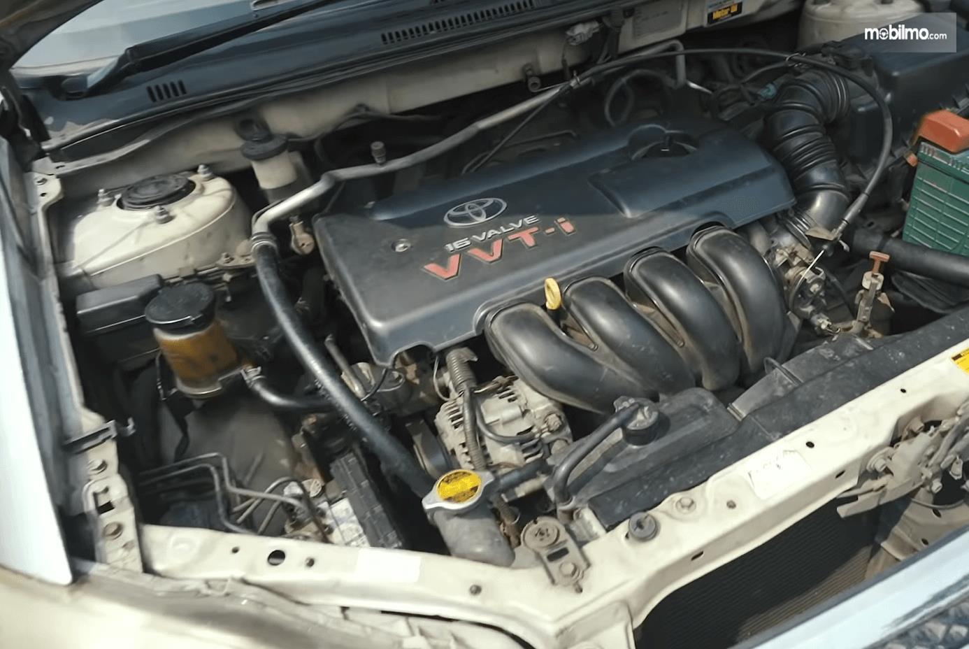 Gambar ini menunjukkan mesin mobil Toyota Corolla Altis 1.8 G 2005