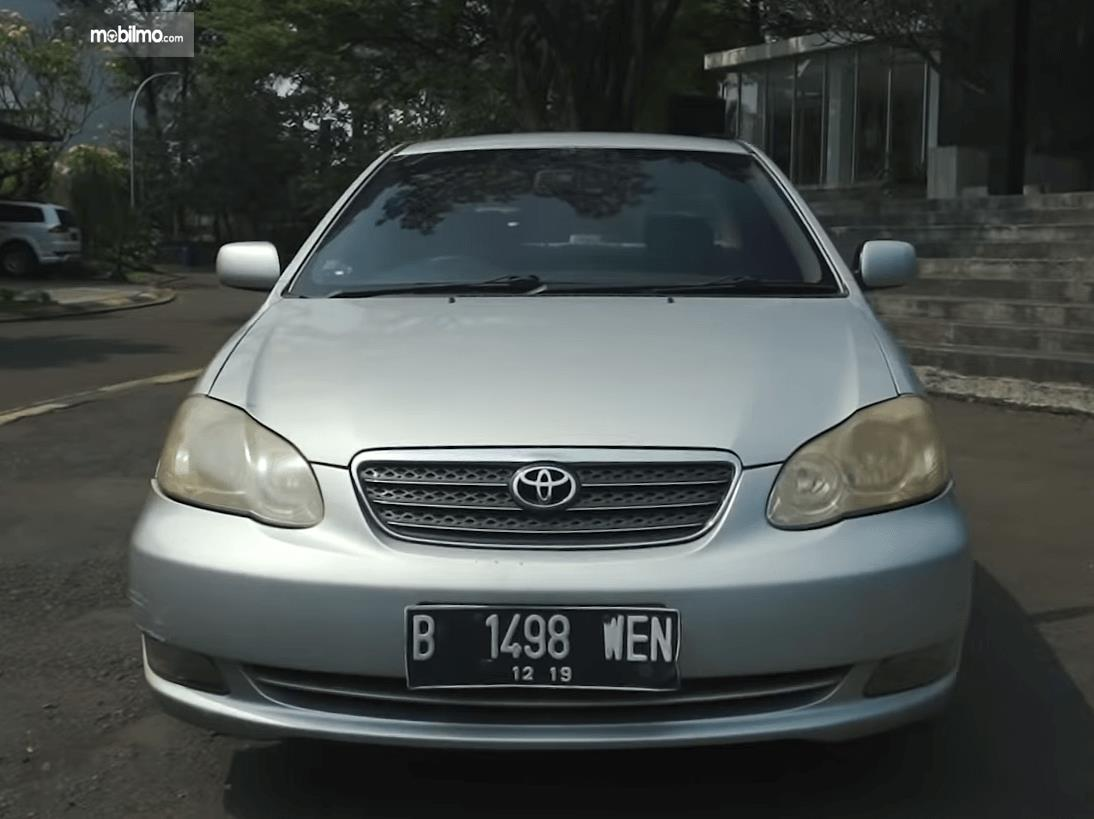 Gambar ini menunjukkan bagian depan mobil Toyota Corolla Altis 1.8 G 2005