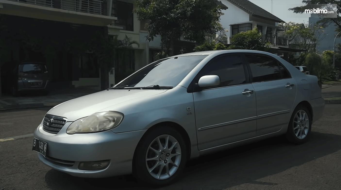 Gambar ini menunjukkan bagian samping Toyota Corolla Altis 1.8 G 2005