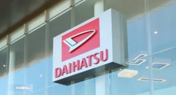 Gambar ini menunjukkan logo Daihatsu di sebuah diler