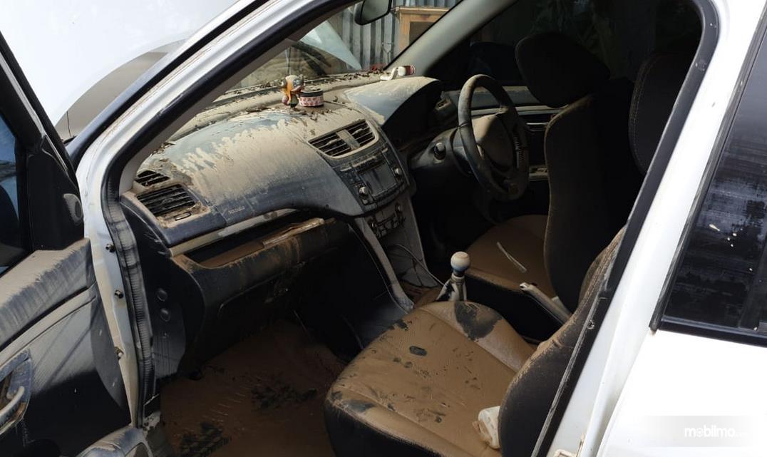 Gambar ini menunjukkan interior mobil yang habis terendam banjir