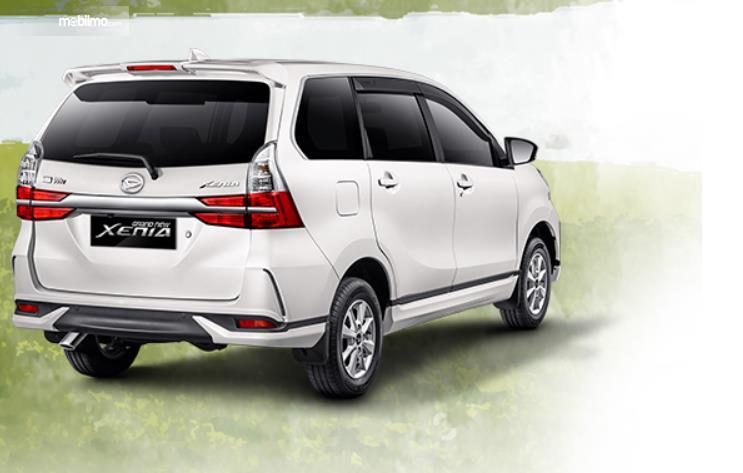 Gambar ini menunjukkan mobil Daihatsu Xenia warna putih tampak belakang