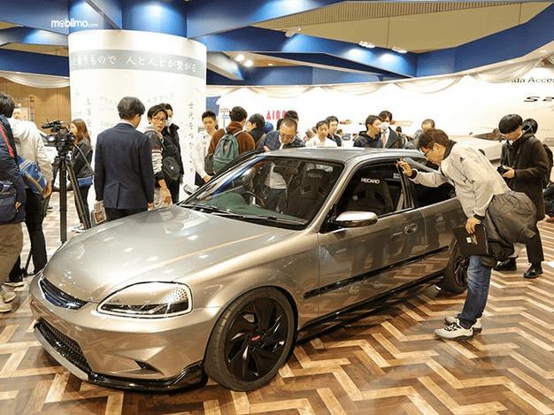 Gambar ini menunjukkan mobil Civic Cyber Night Japan Cruiser 2020 tampak samping