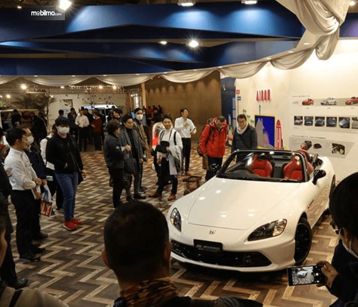 Gambar mobil S2000 (20th Anniversary Prototype) warna putih dikerubungi banyak orang