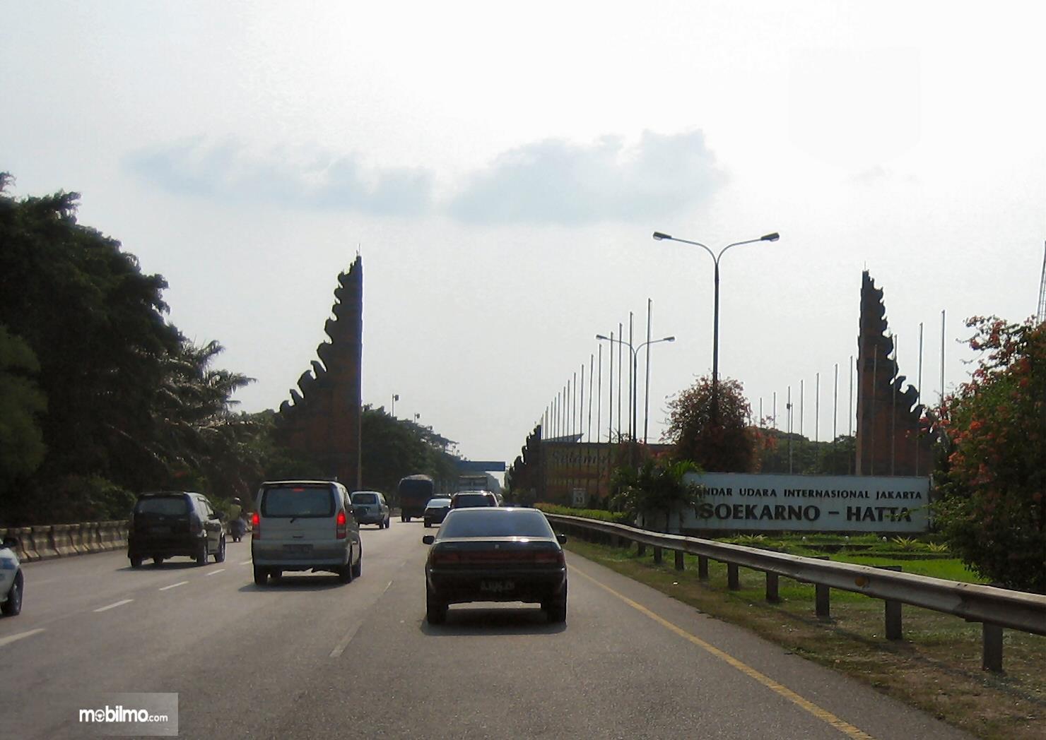 Foto kondisi lalu lintas di Jalan Tol Bandara Soekarno Hatta