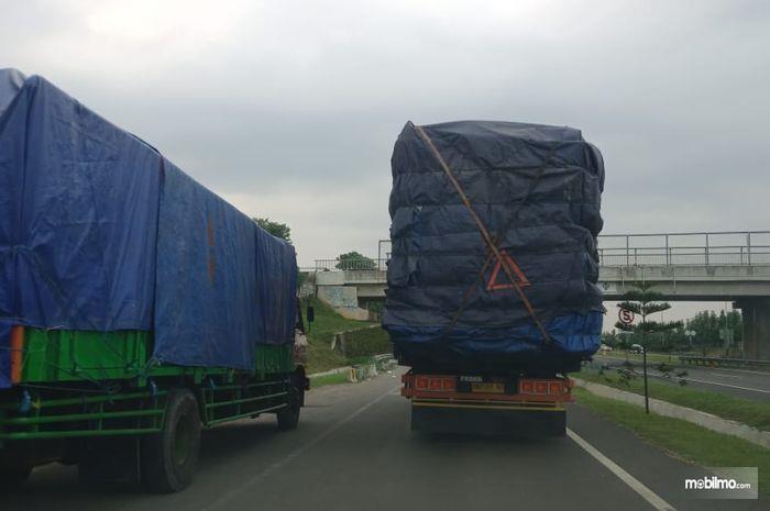 Foto dua Truk ODOL melintas di jalan tol
