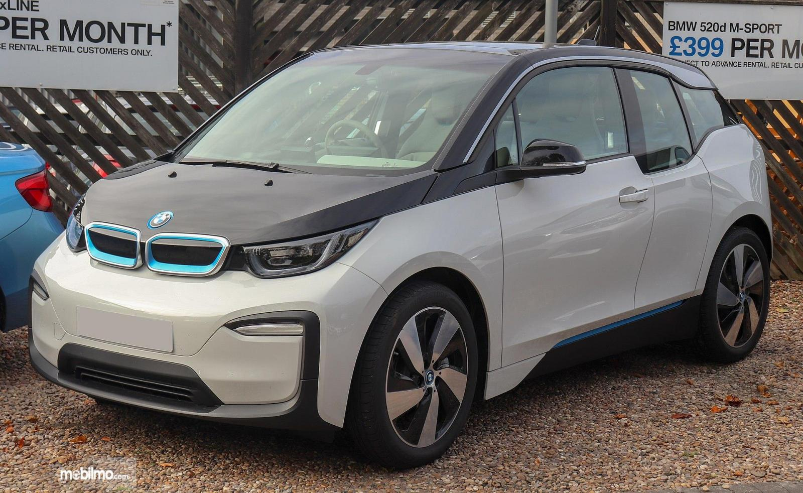 Foto menunjukkan BMW i3 tampak dari samping depan