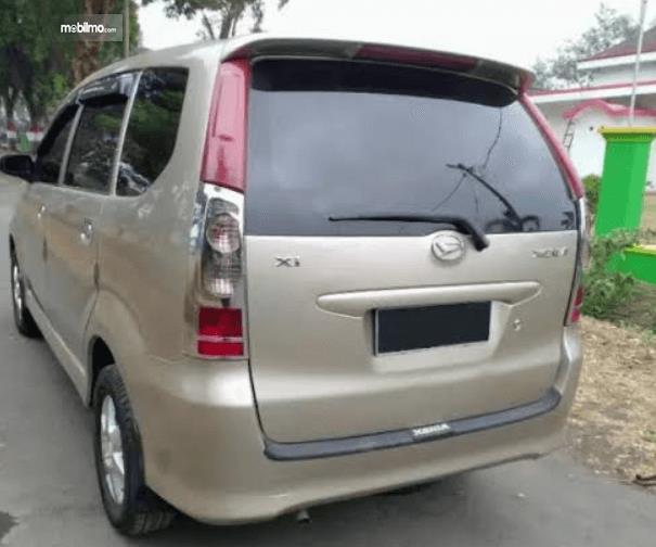 Gambar ini menunjukkan bagian belakang mobil Daihatsu Xenia 2004