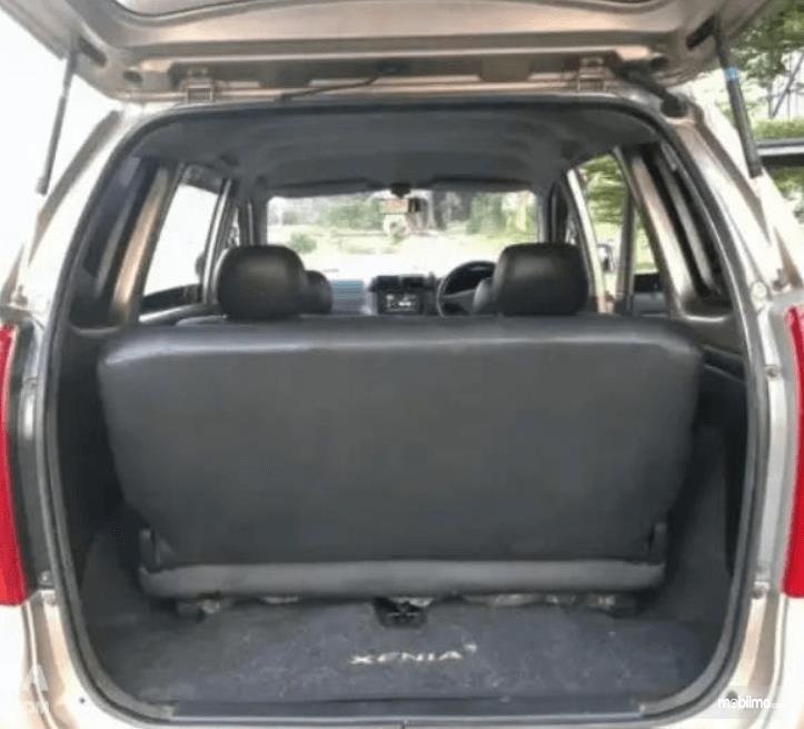 Gambar ini menunjukkan bagasi mobil Daihatsu Xenia 2004