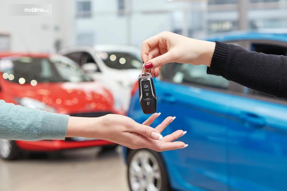 Foto penyerahan kunci mobil