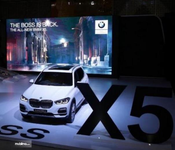 Gambar ini menunjukkan mobil BMW dalam sebuah acara