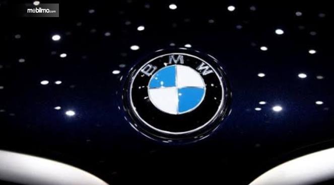 Gambar ini menunjukkan logo BMW bentuk lingkaran warna putih dan biru