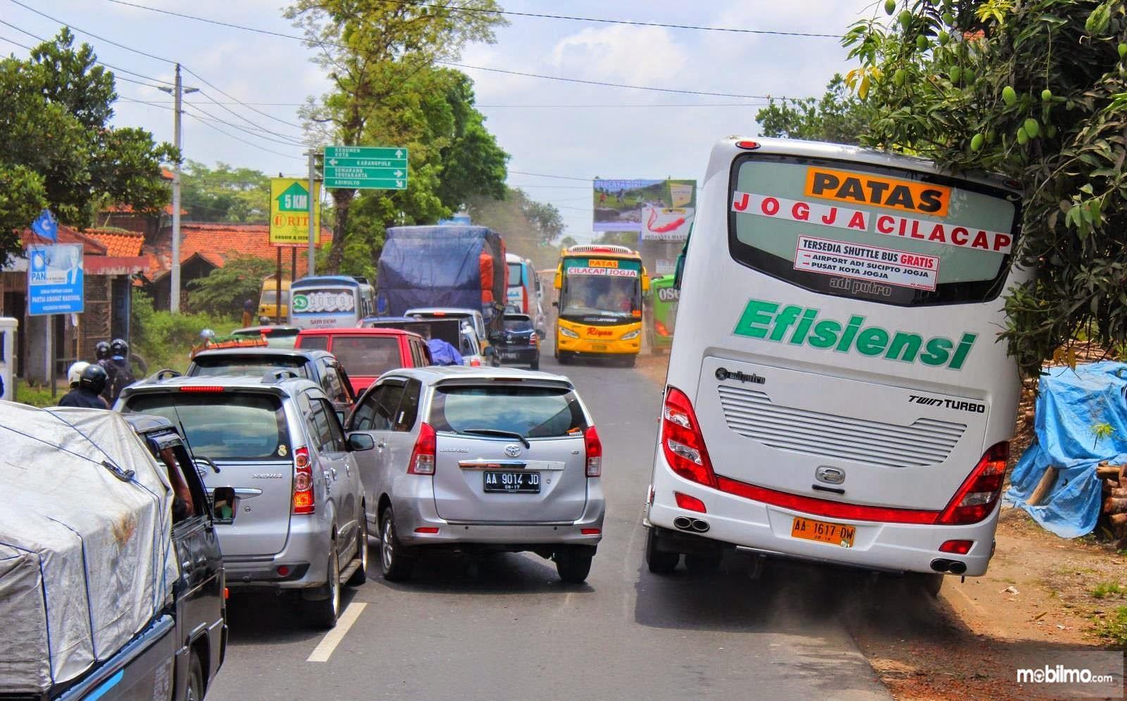 Foto menunjukkan aksi ngeblong Toyota Avanza dan Bus