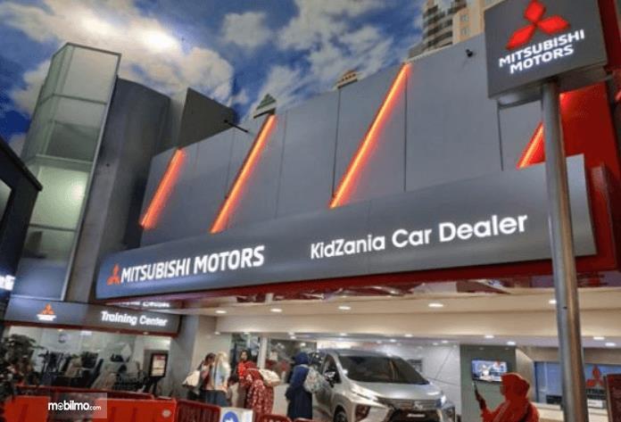 Gambar ini menunjukkan tempat progar Mitsubishi Motors dan KidZania Car Dealer