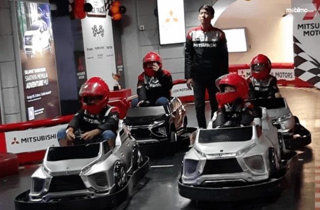 Gambar ini menunjukkan lomba balap anak-anak dalam acara Mitsubishi