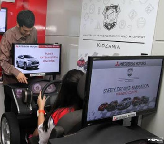 Gambar ini menunjukkan seorang anak sedang mengemudikan mobil melalui simulator