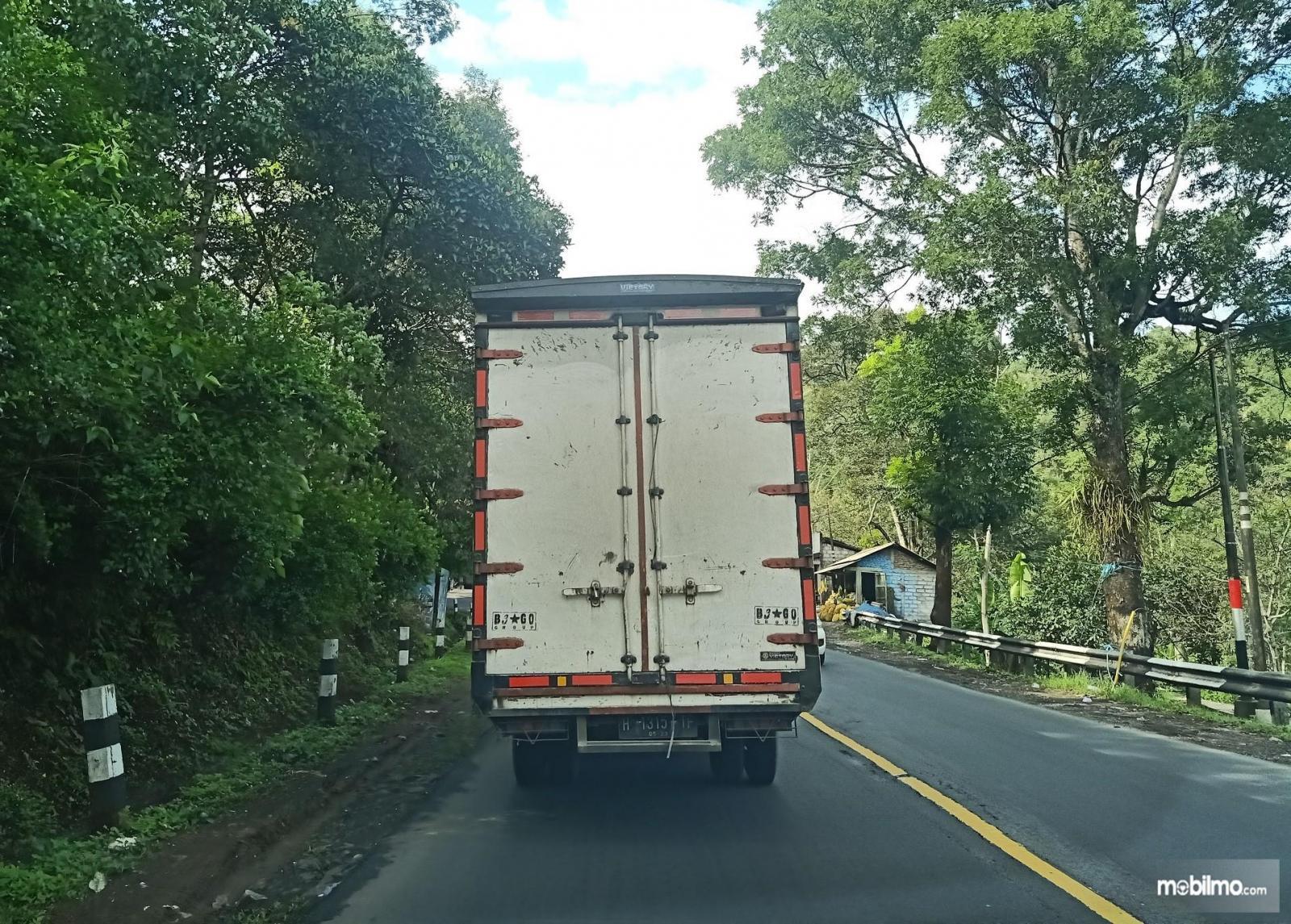 Foto mobil boks melintas di jalan raya Ambarawa-Magelang