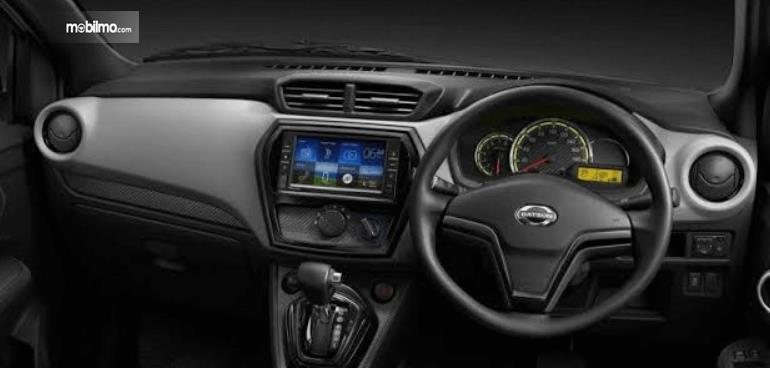 Gambar ini menunjukkan dashboard dan kemudi mobil Datsun GO Live 2018