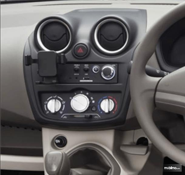 Gambar ini menunjukkan head unit yang dimiliki Datsun Go 2016
