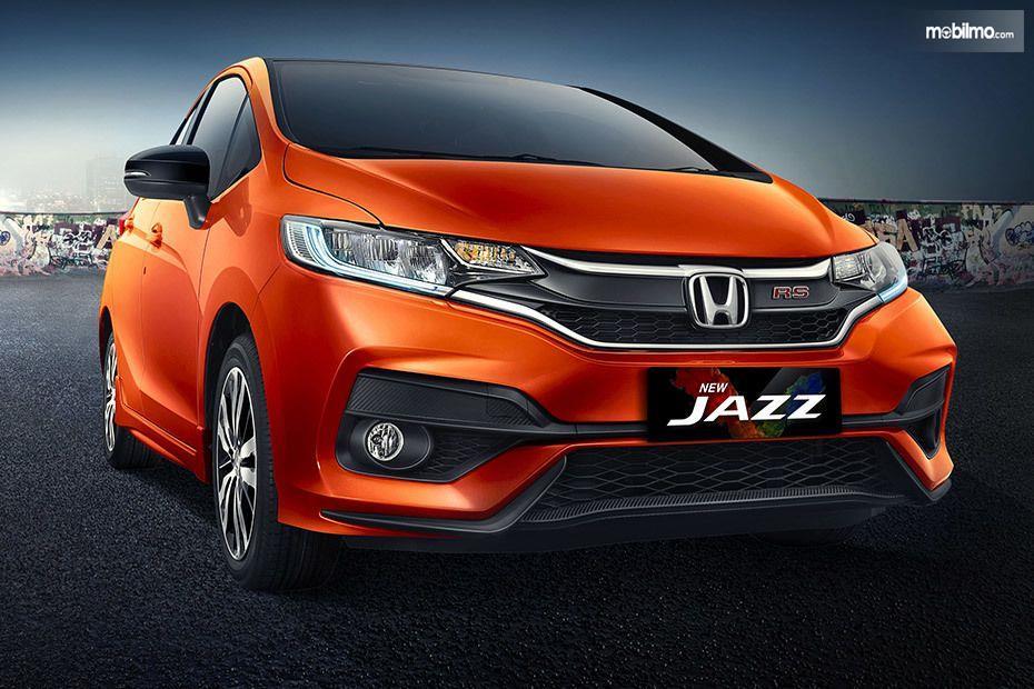 Foto menunjukkan Honda Jazz RS 2018 tampak dari samping depan