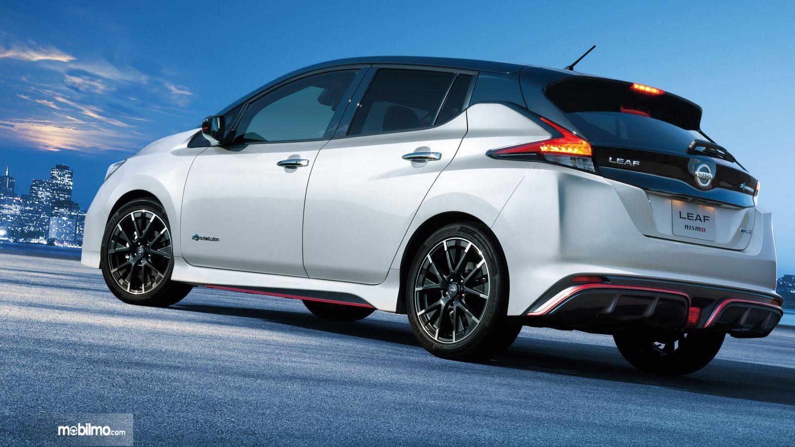 Foto Nissan LEAF tampak dari samping