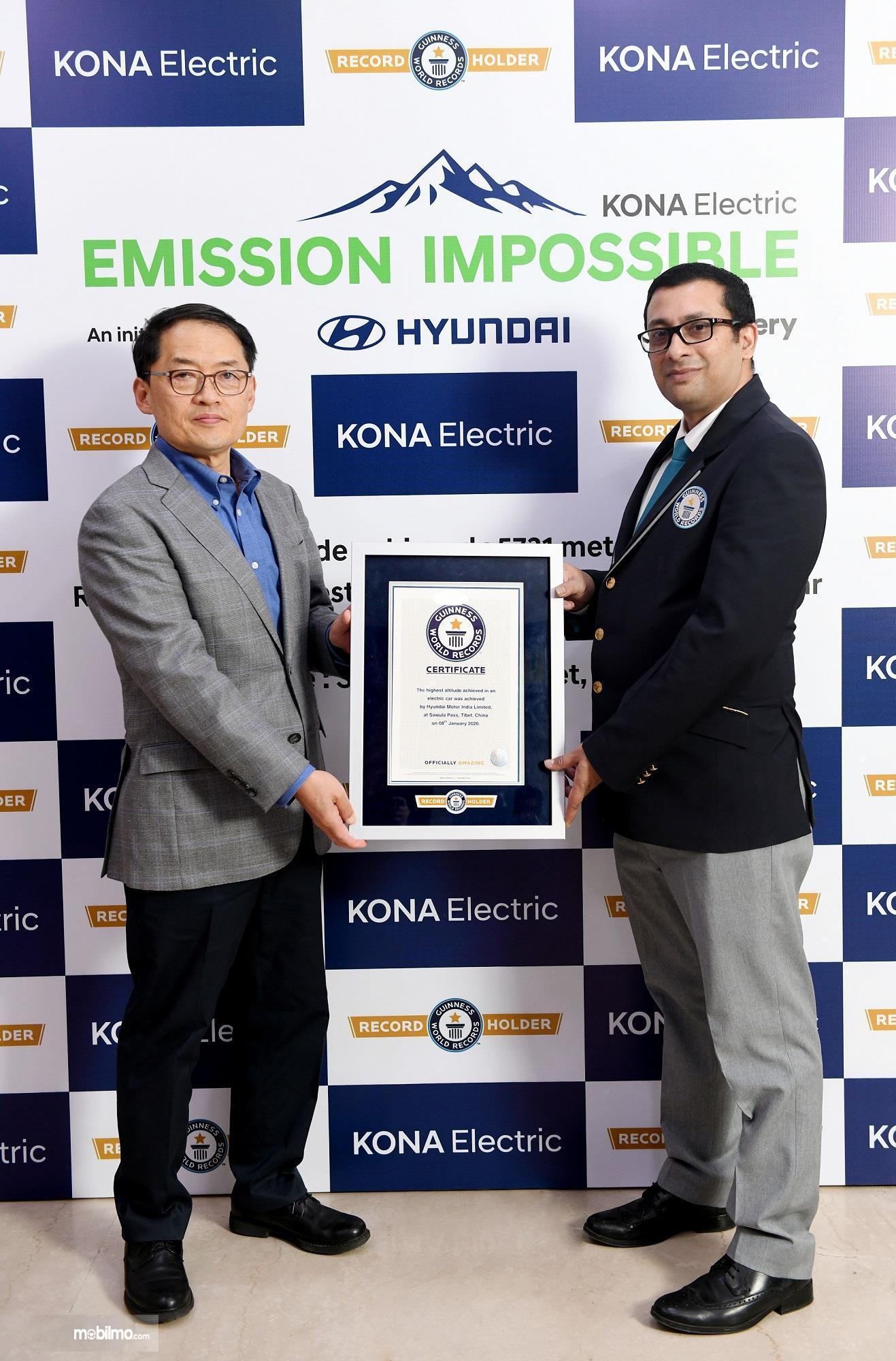 Foto saat Hyundai Kona Electric menerima sertifikat GUINNESS WORLD RECORDS