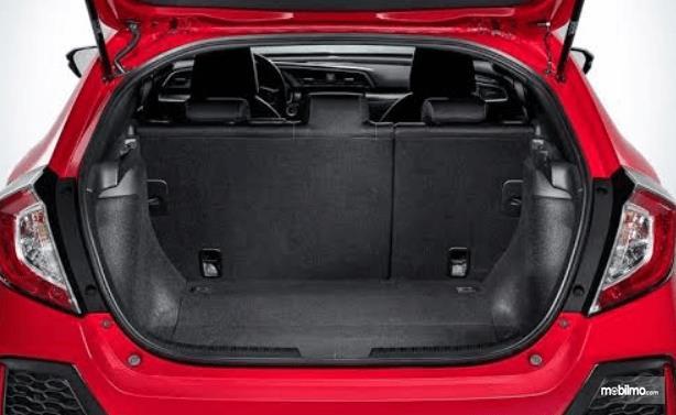 Gambar ini menunjukkan bagasi mobil Honda Civic Hatchback 2017