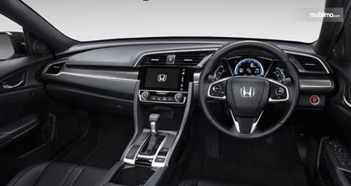Gambar ini menunjukkan dashboard mobil Honda Civic Hatchback 2017