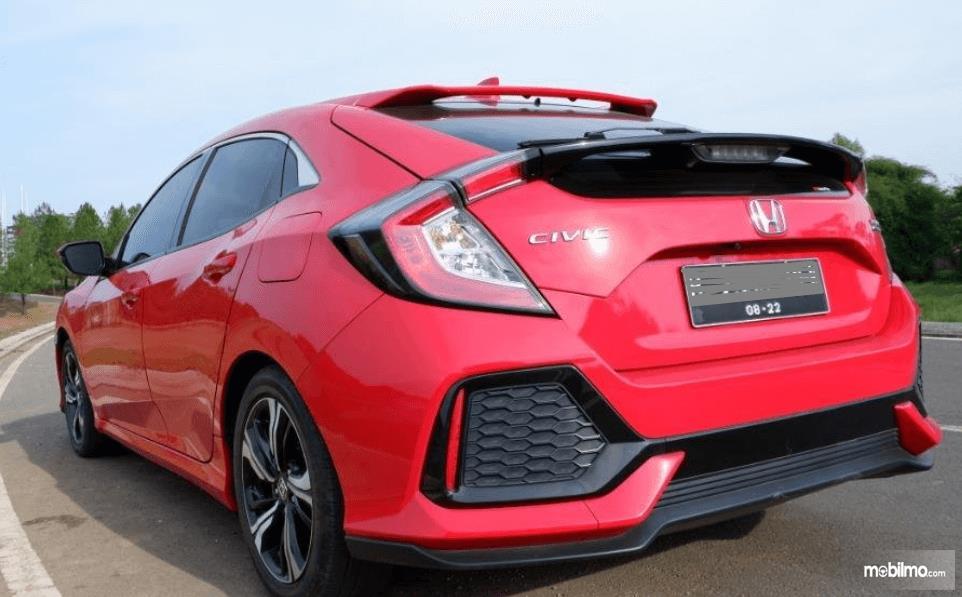 Gambar ini menunjukkan bagian belakang mobil Honda Civic Hatchback 2017