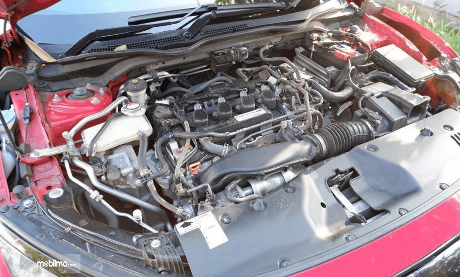 Gambar ini menunjukkan mesin Honda Civic Hatchback 2017
