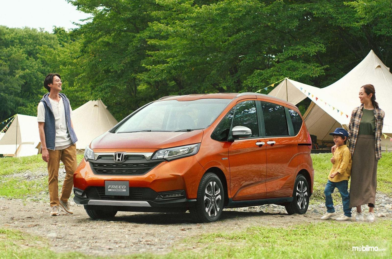 Foto menunjukkan Honda Freed 2020 tampak dari samping depan