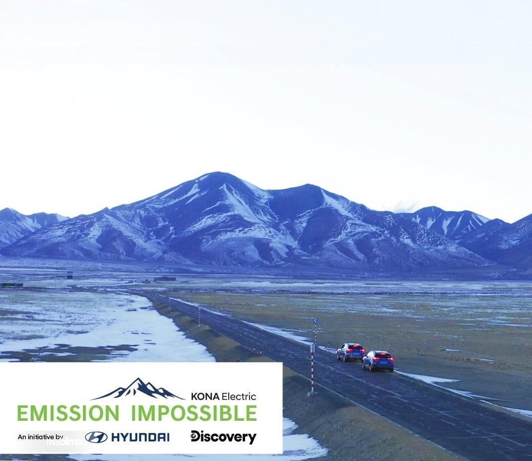 Foto Hyundai Kona Electric melintas di pegunungan Tibet
