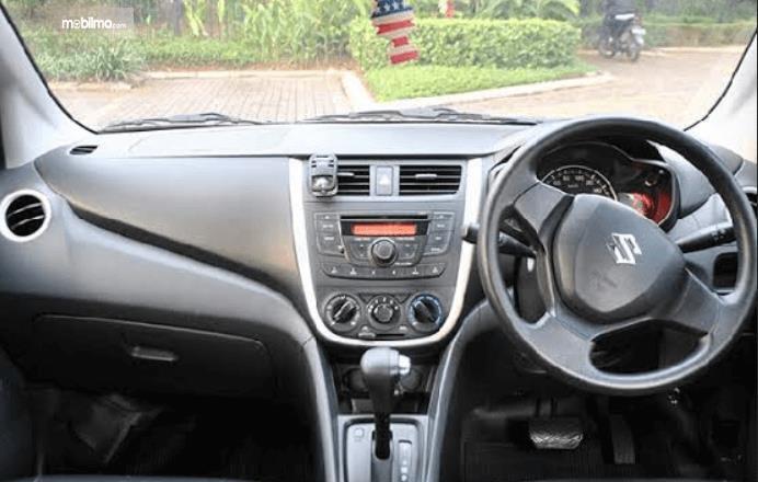 Gambar ini menunjukkan bagian dashboard mobil Suzuki Celerio 1.0 CVT 2015