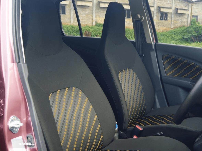 Gambar ini menunjukkan jok mobil Suzuki Celerio 1.0 CVT 2015