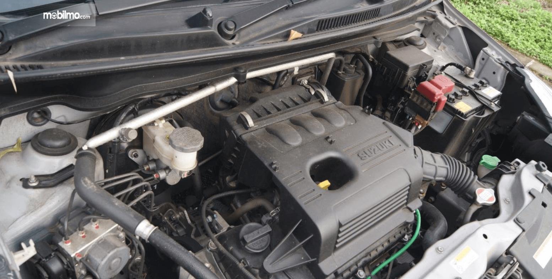 Gambar ini menunjukkan mesin mobil Suzuki Celerio 1.0 CVT 2015