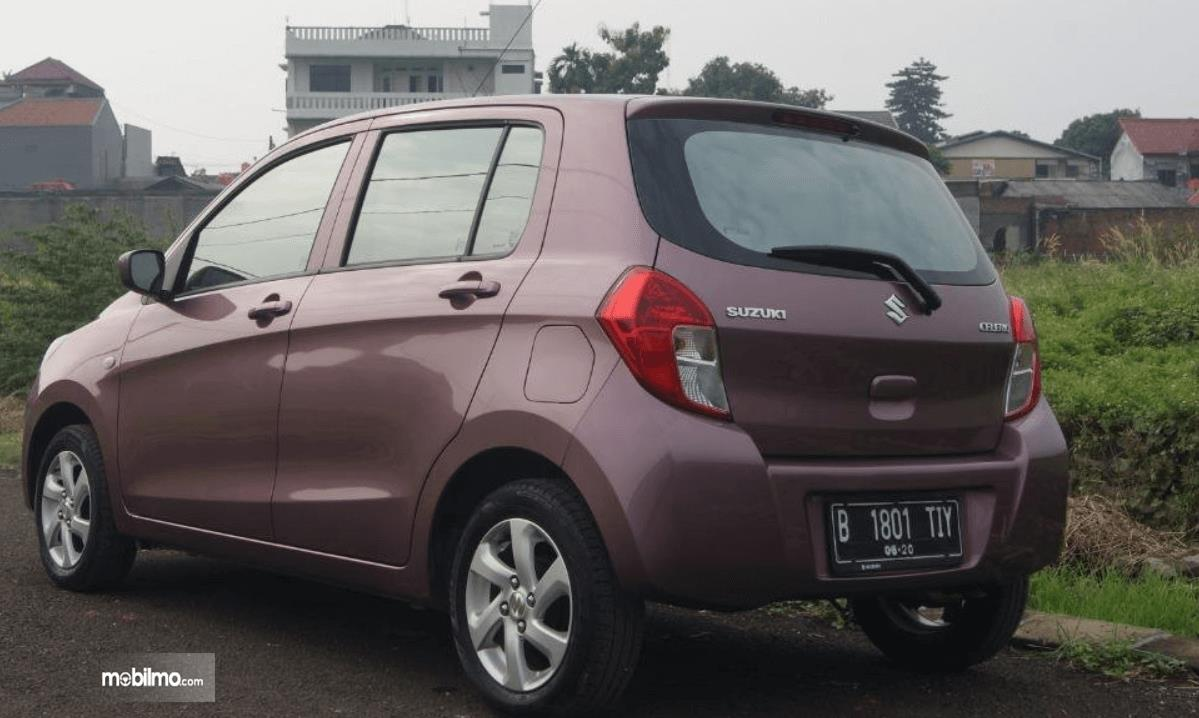 Gambar ini menunjukkan bagian belakang mobil Suzuki Celerio 1.0 CVT 2015