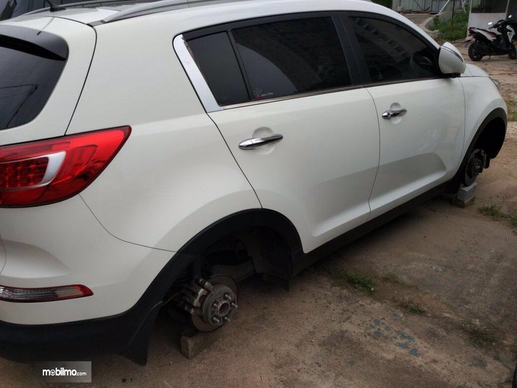 Foto salah satu mobil yang bannya digasak pencuri